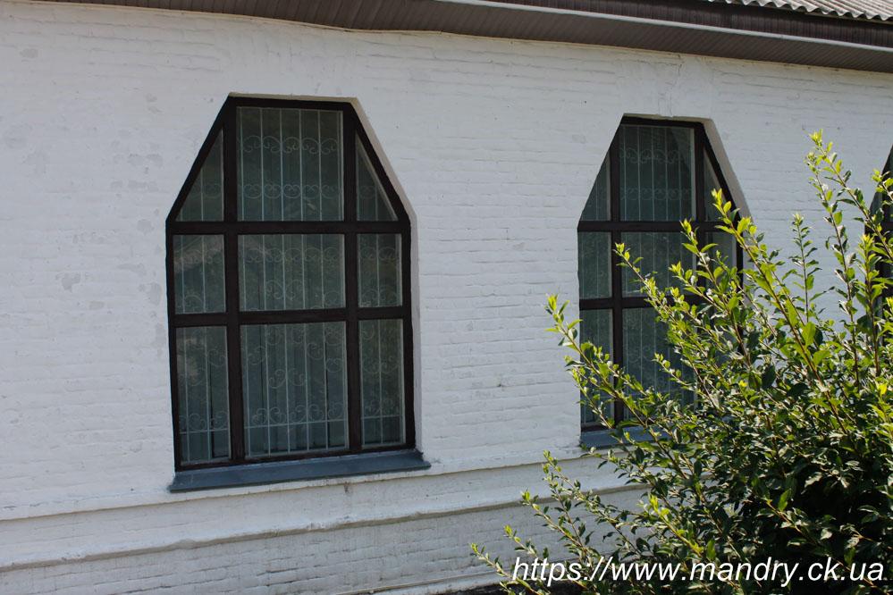 вікна Школи в селі Садки