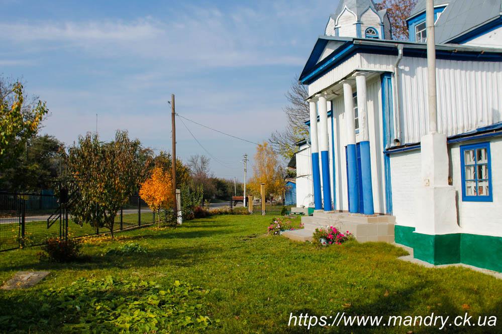 подвір'я церкви в Корнилівці