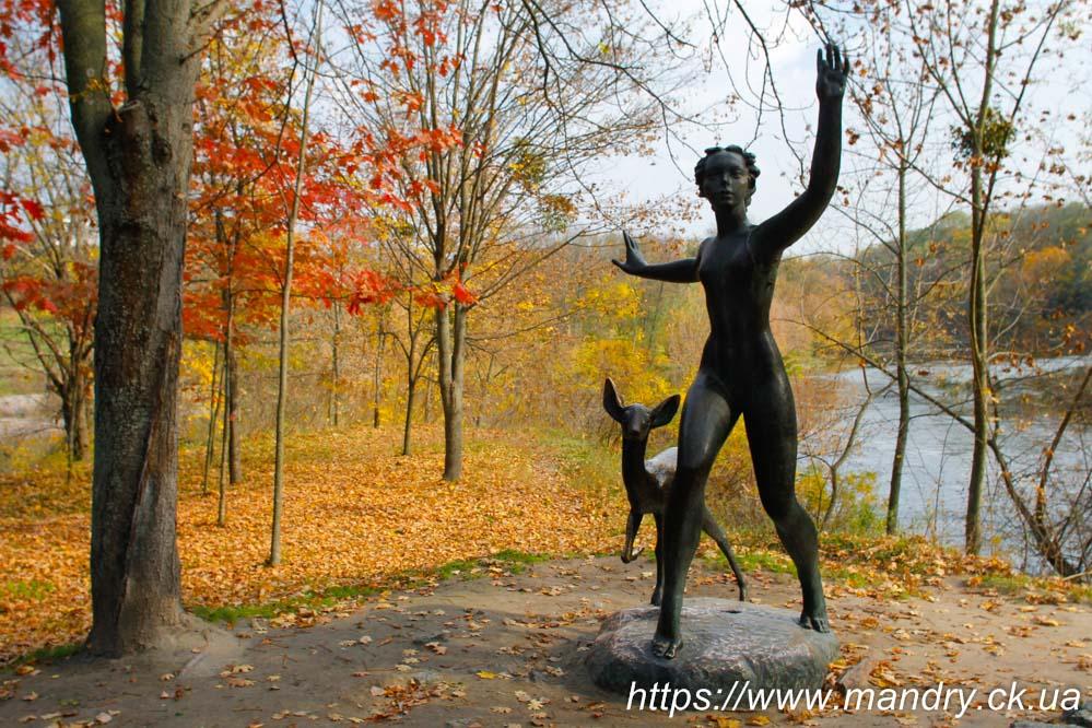Скульптура «Юність» у вигляді оголеної дівчини з ланню