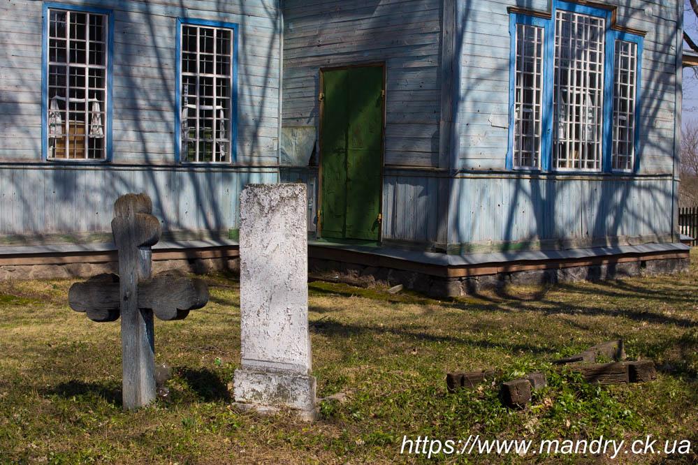 хрест біля церкви в Полуднівці