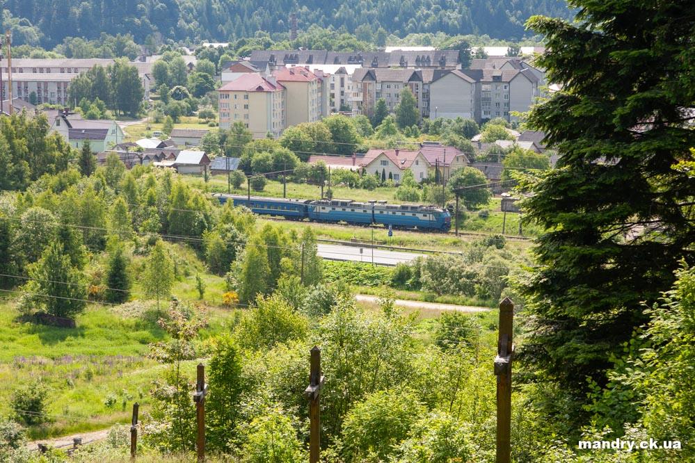 пасажирський потяг біля сколе